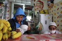 Un niño limpia platos en el puesto de comida en la que trabaja, La Paz, el 7 de enero de 2014. © 2014 Reuters